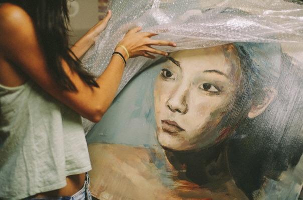 Patricia nos enseña algunas de las obras que guardan en la galería. Foto de imeminemagazine®.
