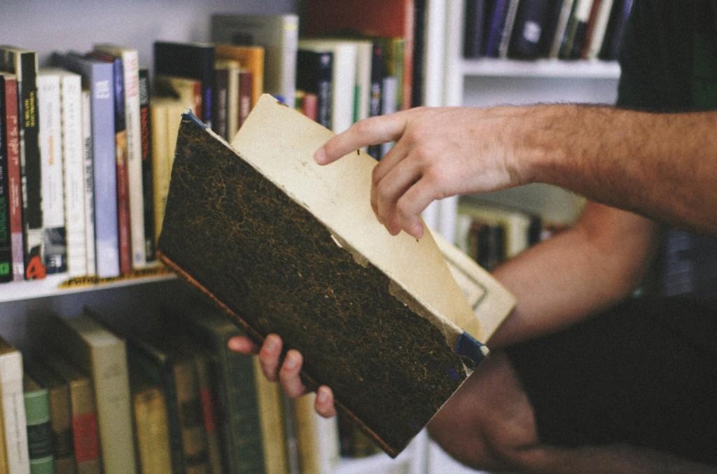 Javier Vicedo nos muestra una de las reliquias que se esconden en las estanterías de Libros Melior. Foto de imeminemagazine®.